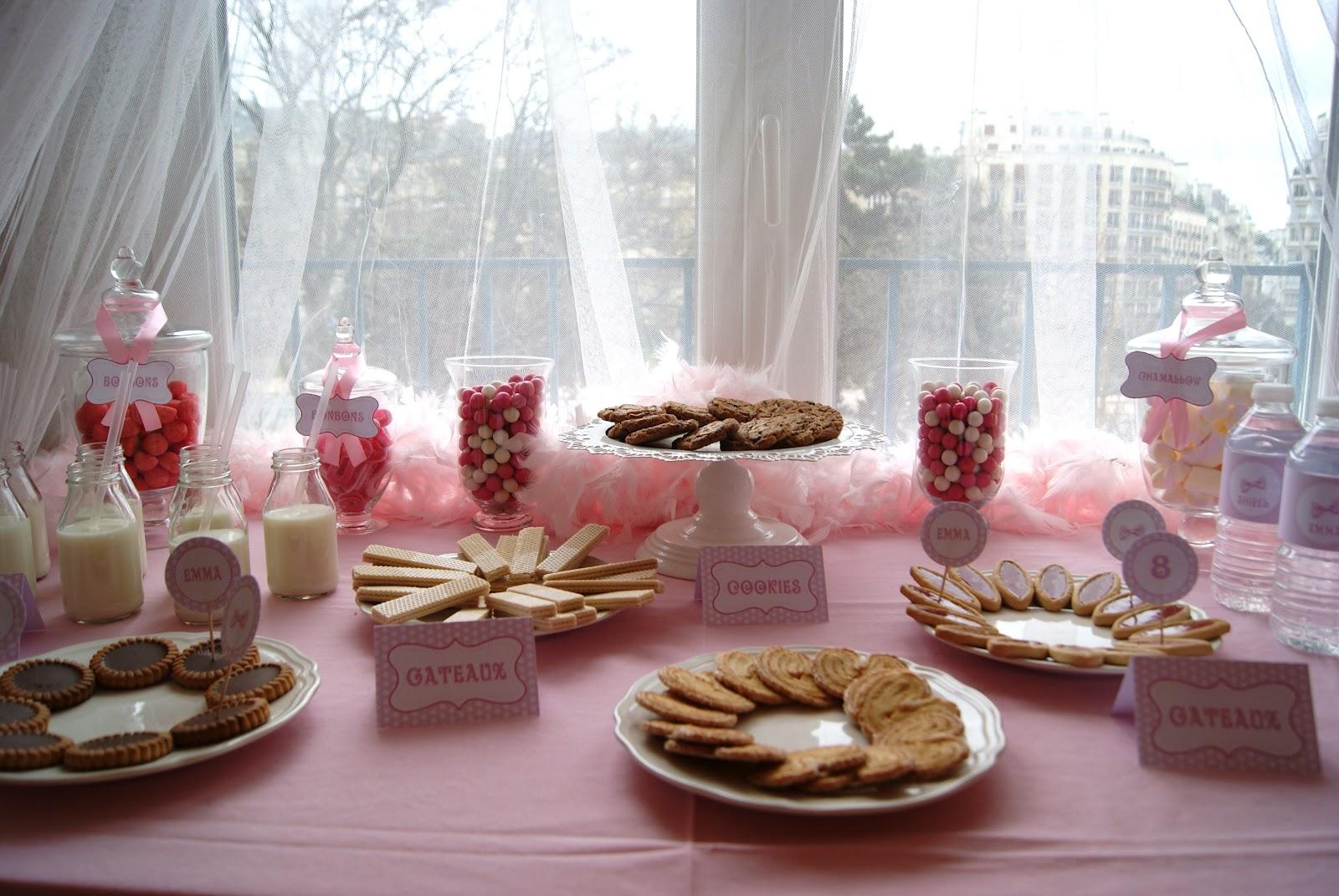décoration de table rose avec bouteille de lait, bonbonnières et gourmandises.