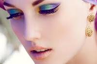 Machiajul anilor '80 a revenit in forta - ochii conturati cu nuante de verde si albastru