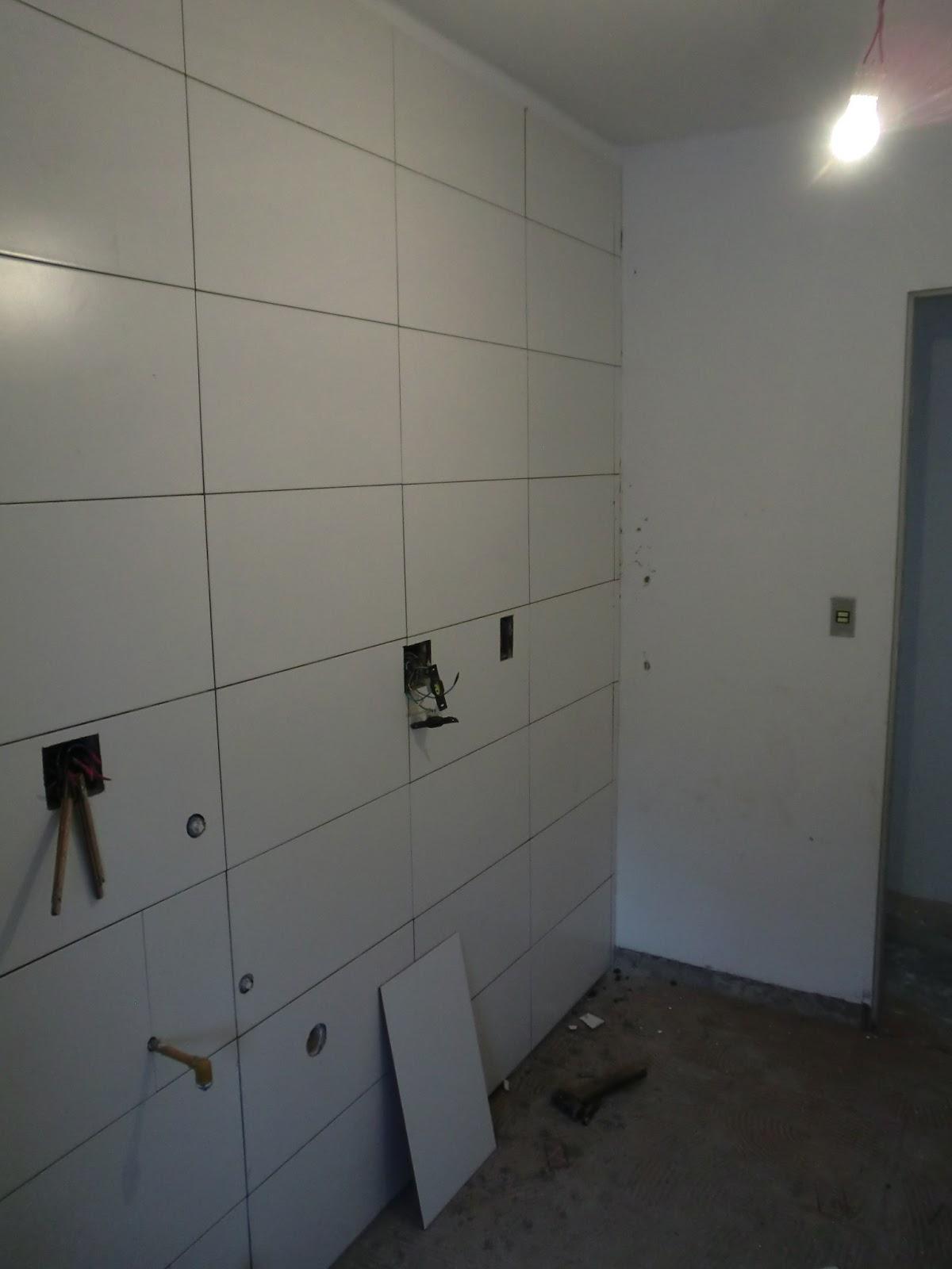 Os azulejos brancos retangulares (os mesmos do banheiro) ja foram  #7A6F51 1200 1600