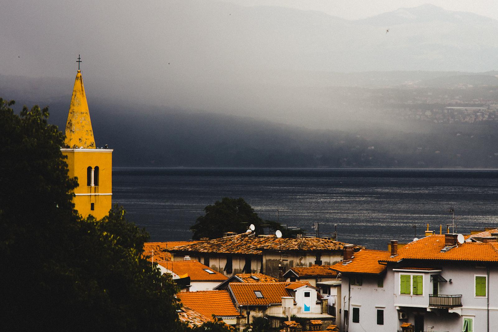 Miasto w deszczu. Krajobraz Chorwacji. fot. Łukasz Cyrus