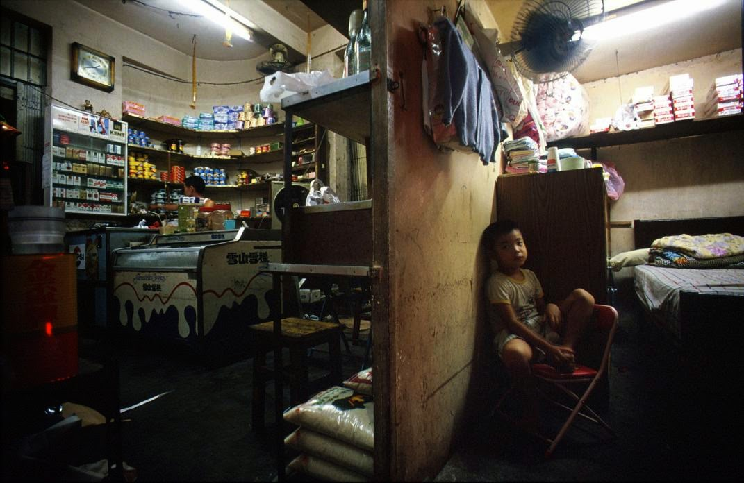 Amazing Photographs Capture Daily Life In Kowloon Walled