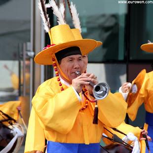 Ajeossi coreano tocando la trompeta
