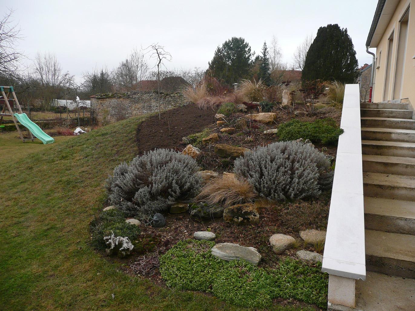 Notre jardin secret agrandissement de la rocaille for Cailloux rocaille