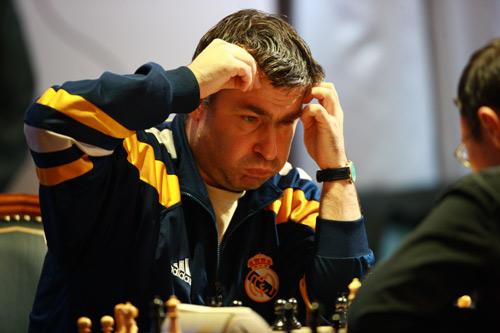 El peculiar ajedrecista ucraniano Vasili Ivanchuk (Fuente: http://1.bp.blogspot.com/-ml_stLwyLKw/TVfq_Nxf4WI/AAAAAAAAB8w/p3uKdS6ybmU/s1600/ivanchuk+%25282%2529.jpg)