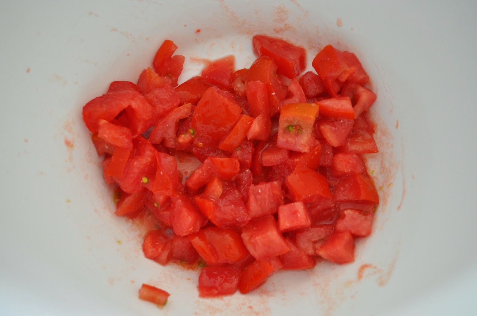 how to cut tomato in small pieces