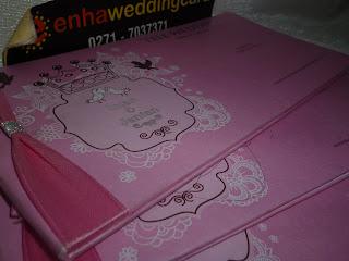 Desain Kartu Undangan Hard Cover Pink Muda .