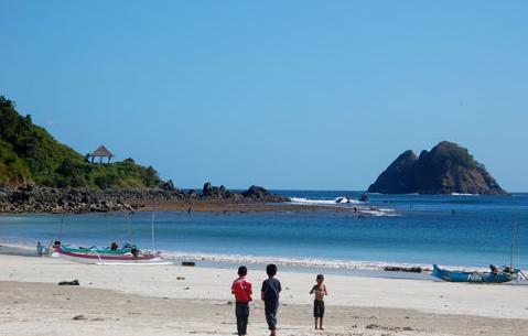 Pantai Selong Belanak yang terletak di Kecamatan Praya Barat Kabupaten Lombok Tengah