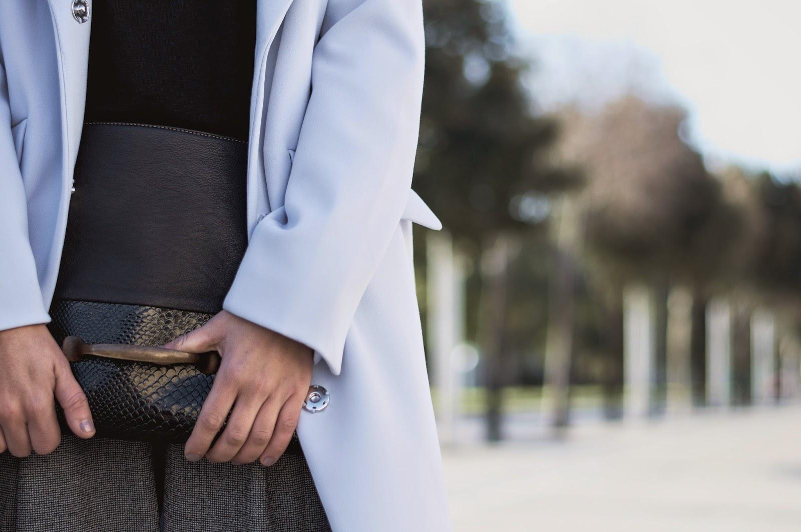 abrigo y pantalones H&M, clutch Malices, zapatos Geox