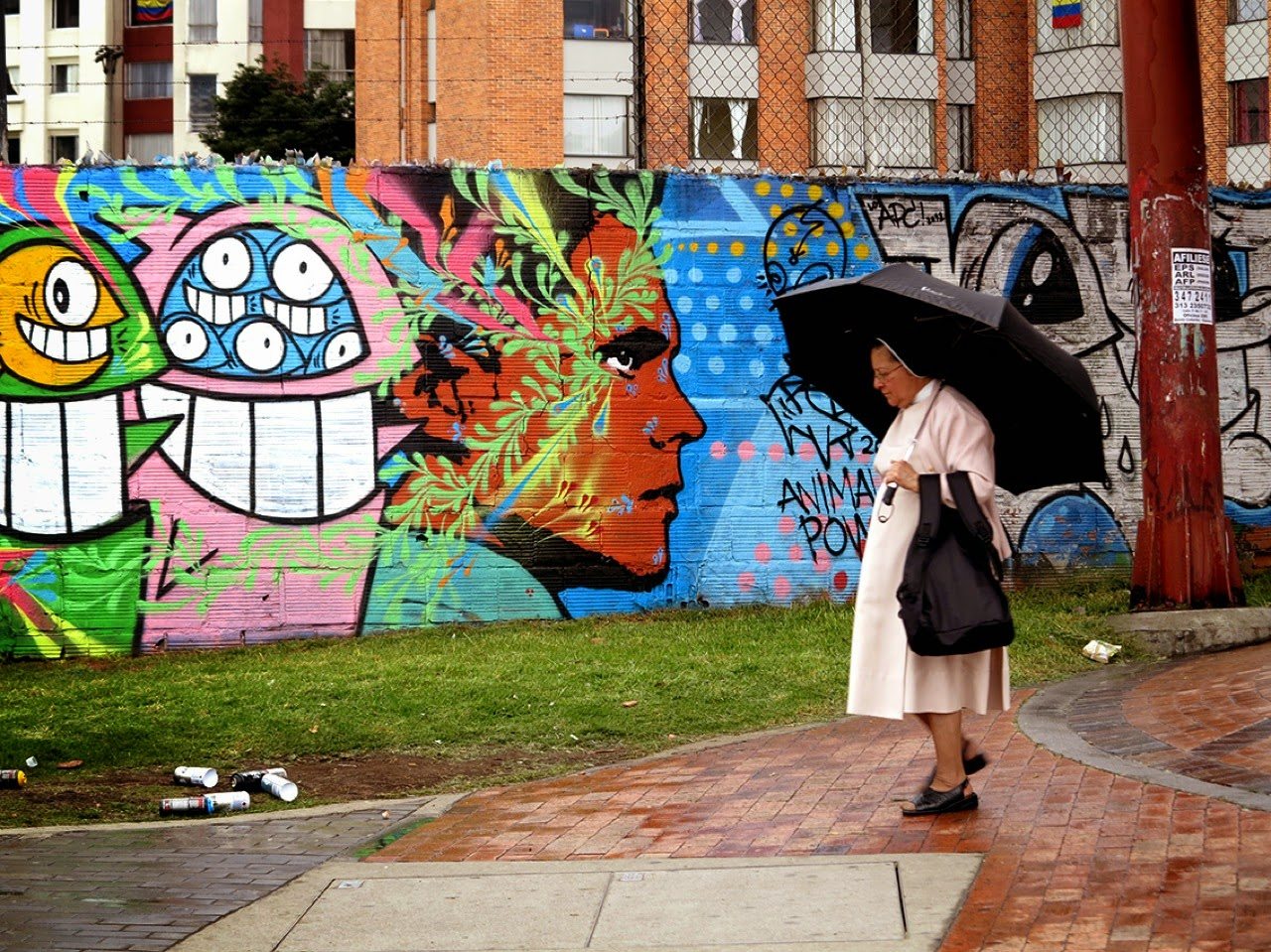 Stinkfish just sent us a series of images on his newest collaboration with PEZ which was just completed on the streets of their hometown, Bogota in Colombia.
