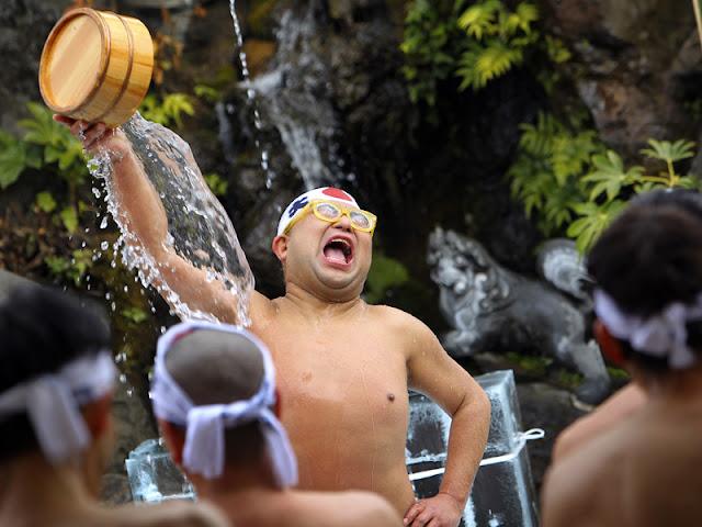 pojokasikblog.blogspot.com - Ritual Unik Di Jepang Mandi Dengan Air Es