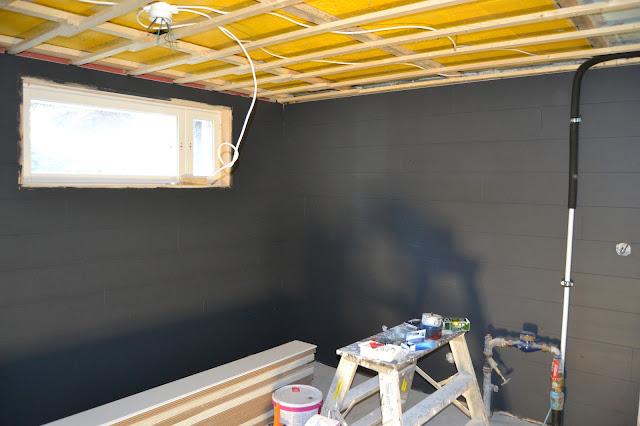 maalattu lattialankku seinässä