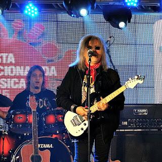 Robertinho do Recife, acompanhado pelo grupo Detonautas na Festa Nacional da Música de 2015.