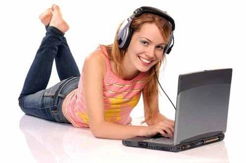 Gambar wanita jalankan bisnis online melalui jaringan internet marketing