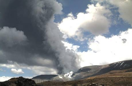 http://silentobserver68.blogspot.com/2012/11/mount-tongariro-erupts-sightseers.html