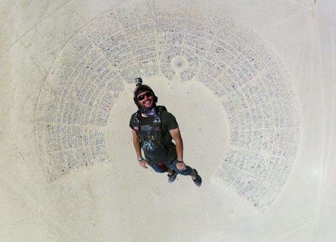 Timing perfeito na foto de um paraquedista saltando no Burning Man
