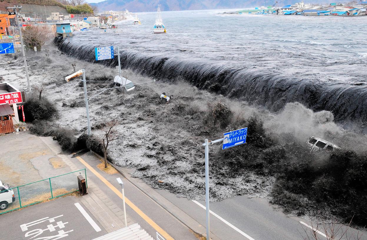 http://1.bp.blogspot.com/-mpx2ty9SNP4/ToGWC6nLxnI/AAAAAAAADjI/rNs9KjakKa4/s1600/tsunami-japan-1.jpg