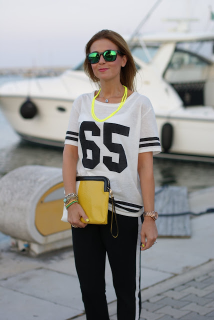 print tee trend, sporty chic look, number t-shirt, oakley mirror sunglasses, Fashion and Cookies