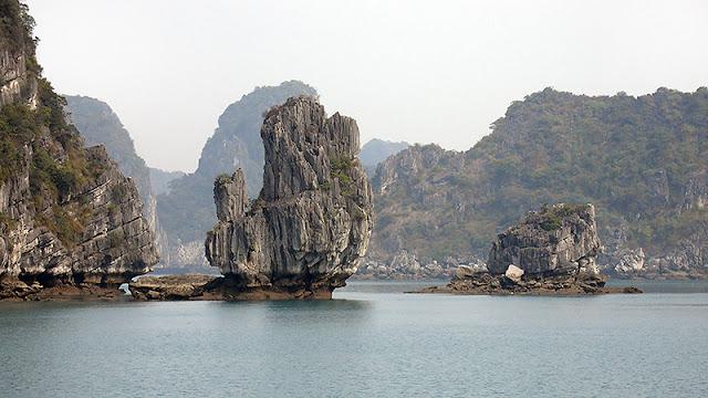 Rochers sculptés sur la baie d'Along