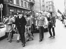 Il penultimo sulla destra è Pierluigi Pagliai a una manifestazione a Milano
