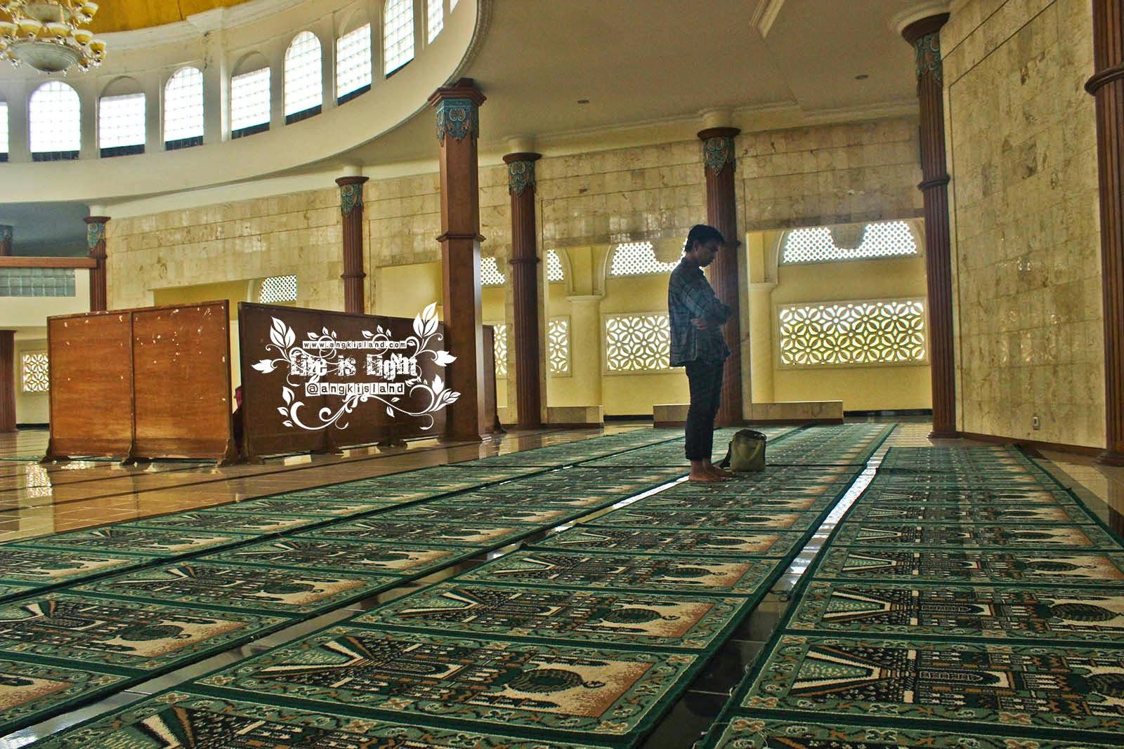 Sholat di Masjid Hikmah Tawakal