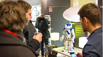 Robot speelt voor winkelbediende