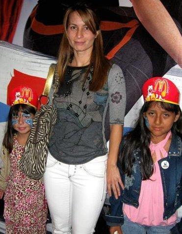 Olenka Zimmerman posando con unas niñas