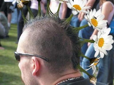 Peinado punk con flores
