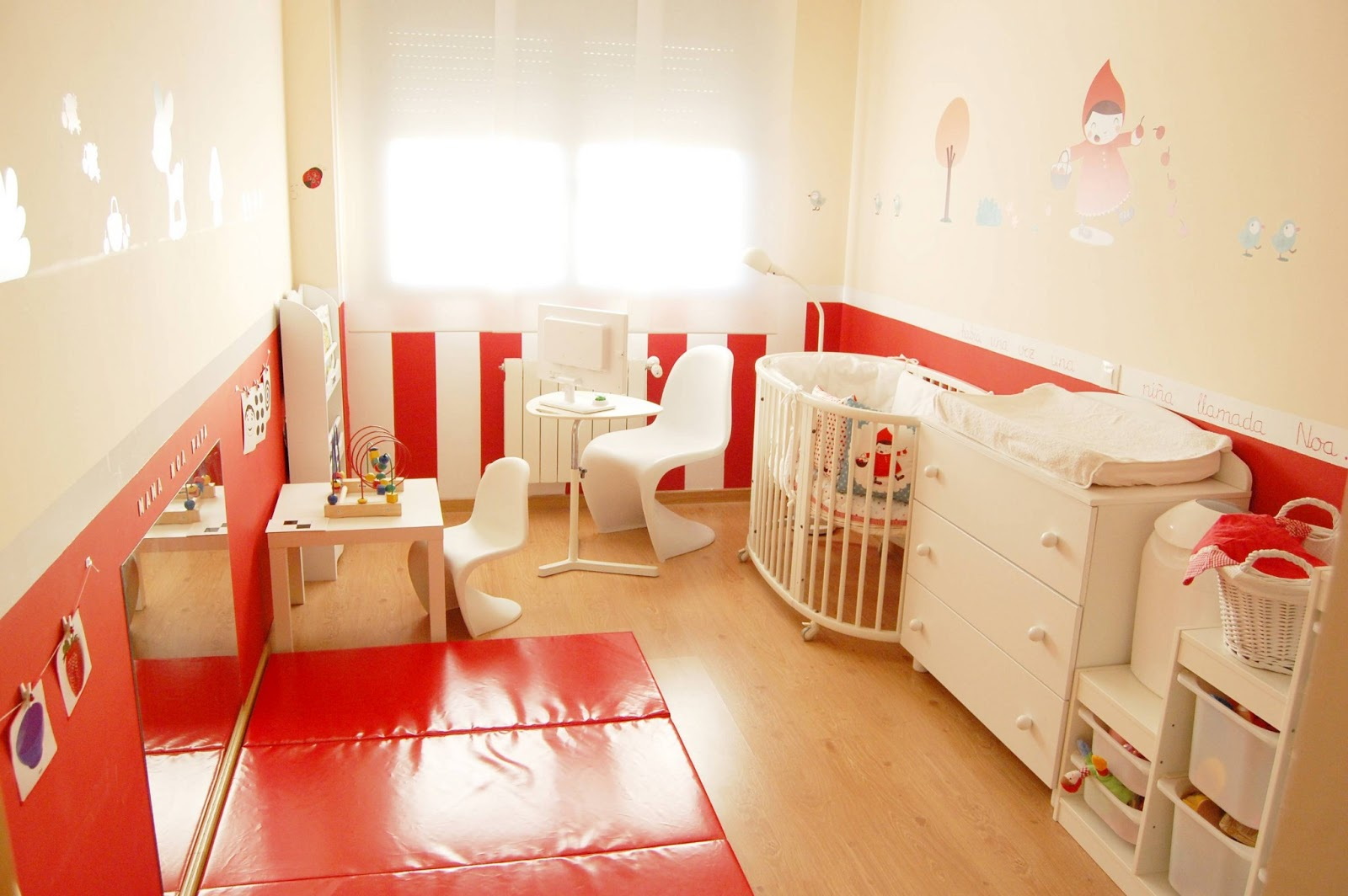 habitacion de bebe decorada en rojo, cuna ikea, vertbaudet, stokke ...
