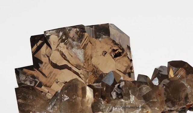 vue rapprochée d'un gwindel. On peut voir les arêtes de quartz bien dessinées ainsi que sa transparence et couleur bien fumée