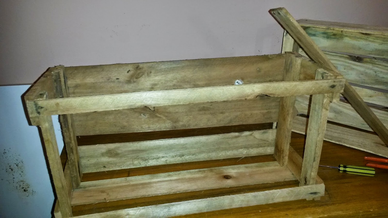 madeira de uma lateral da que serviria de base #5F4814 1600x900