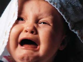 شكل العينين يكشف أسباب بكاء الرضيع