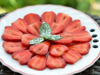 Carpaccio de fraises au vinaigre balsamique et à la menthe
