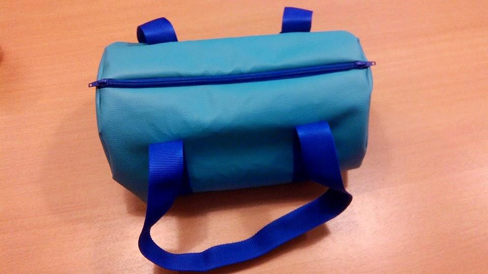 Couture sac polochon bleu en atelier