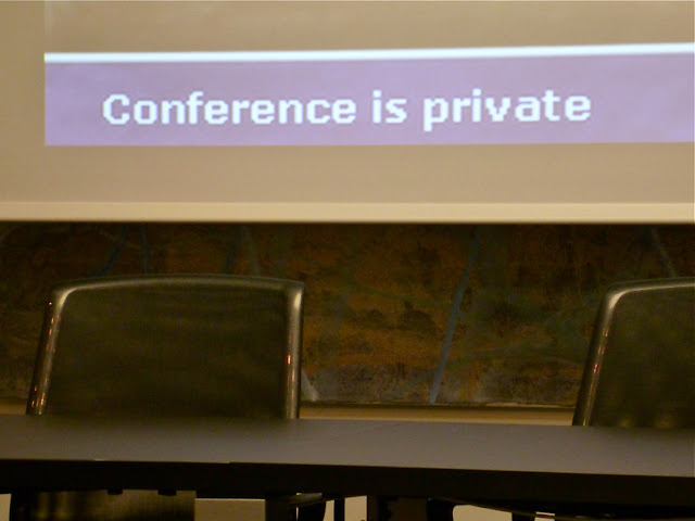 """""""conference is private"""" auf einer Leinwand (Datensignal vom Beamer)"""