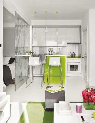 furniture interior apartemen mungil menggunakan sekat kaca