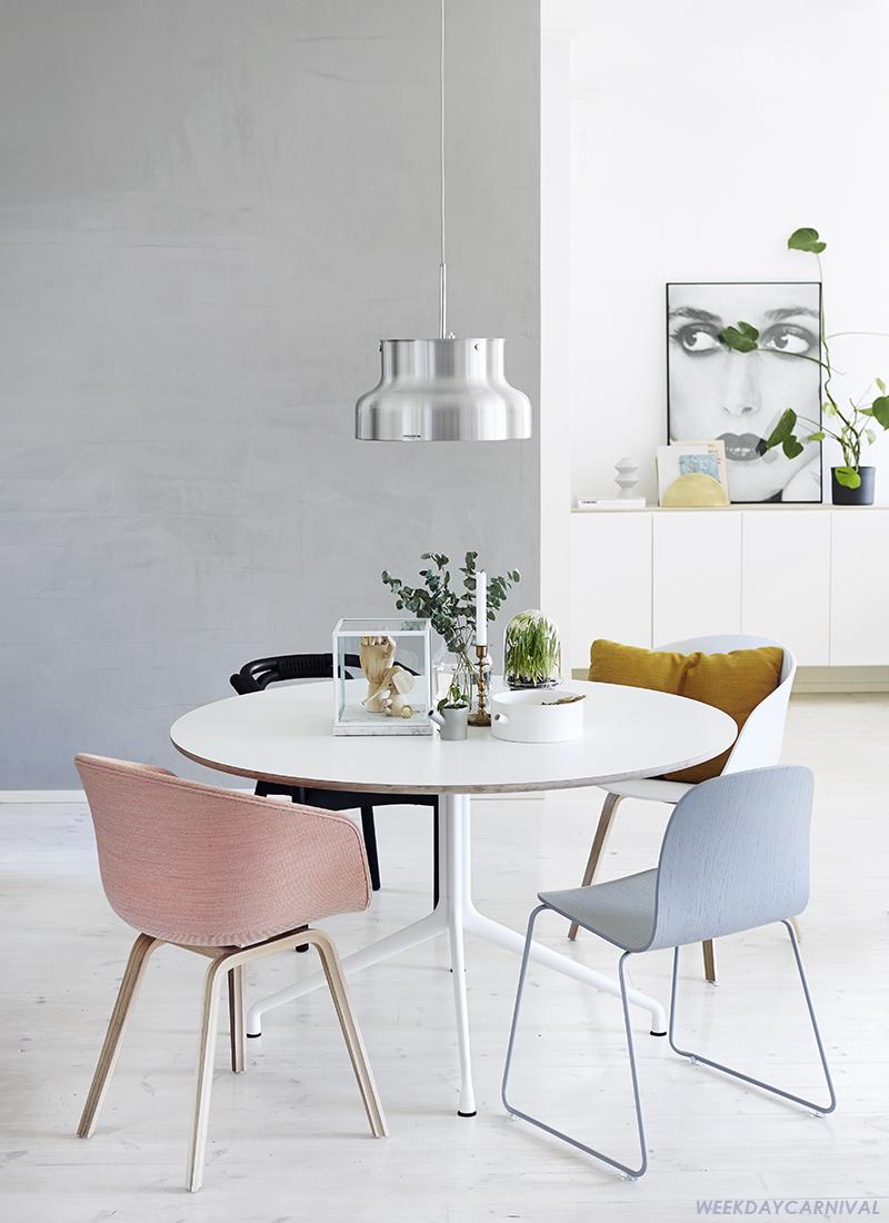 Interieur aan de eettafel met verschillende stoelen for Eettafel en stoelen