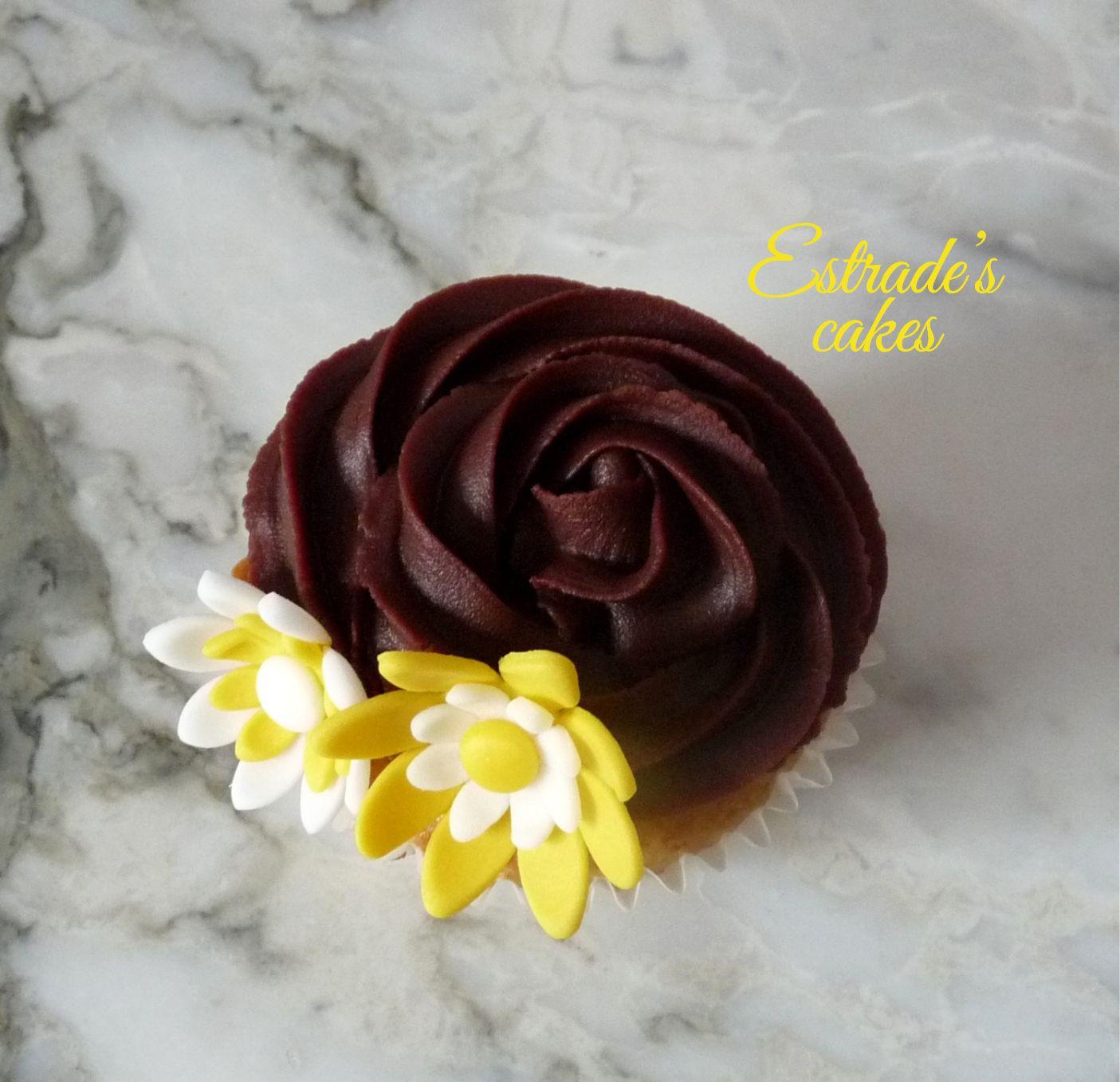 cupcakes de almendra con ganache de chocolate decorado con flores - 3