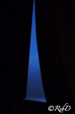Glipa i gardin som visar fönster med svagt gryningsljus. foto: Reb Dutius