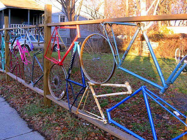 Creative fences made out from old waste bicycle parts for Best out of waste garden ideas