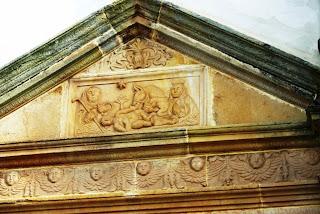 Villaviciosa, Sietes, iglesia de San Emeterio, frontón sobre la puerta lateral