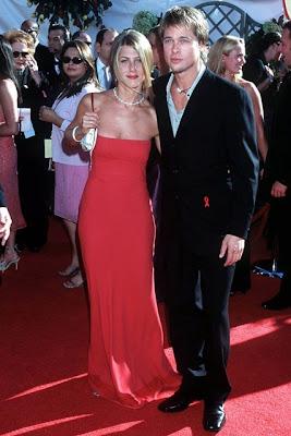 Jennifer Aniston 2000 yılı Emmys Ödel Töreninde giydiği kırmızı elbise modeli