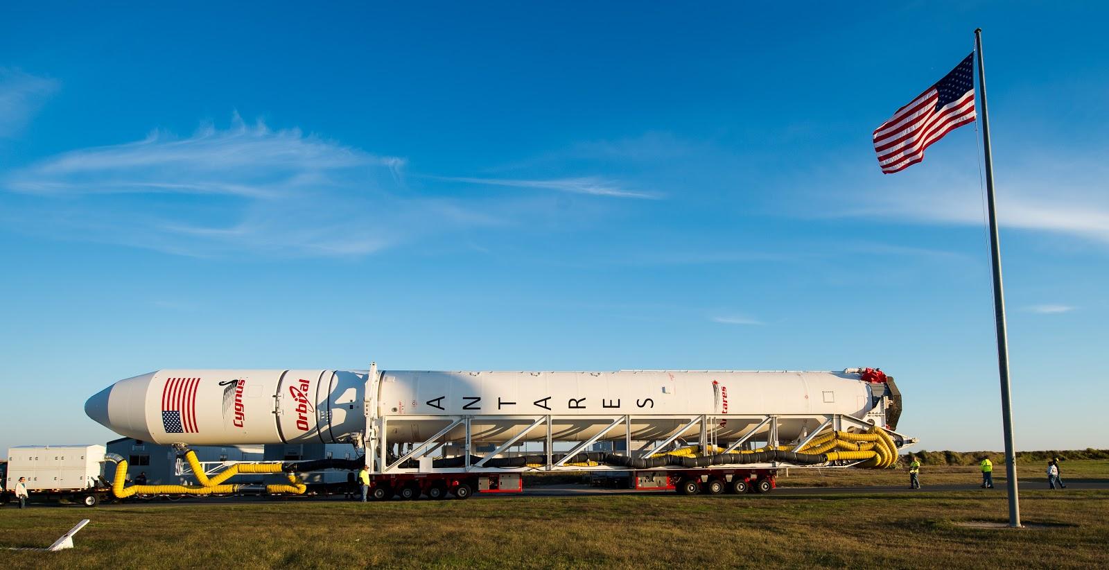Chuẩn bị cho chuyến bay vào ngày 24/10/2014. Bản quyền hình ảnh : NASA/Joel Kowsky.