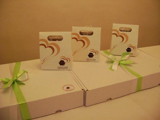 sacolinhas e caixas com biscoitos gourmet