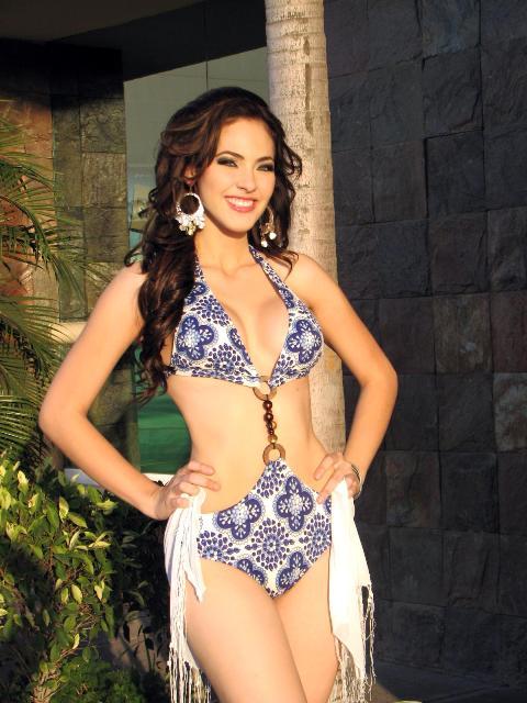 Perla Beltran sexy in swimsuit