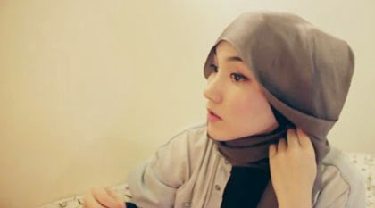 Tutorial Gaya Hijab Simple dengan Scarf Satin Segi Empat 4