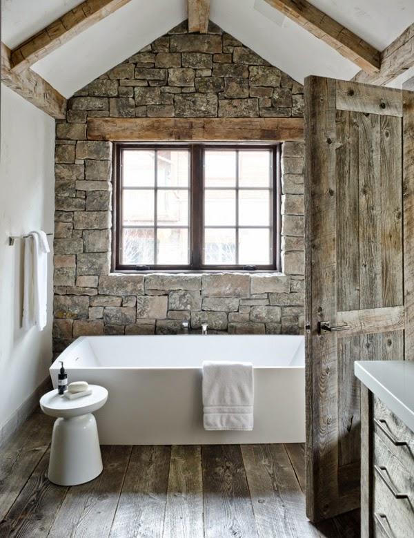 12 La pared de piedra da un aspecto rural a un cuarto de baño pequeño.
