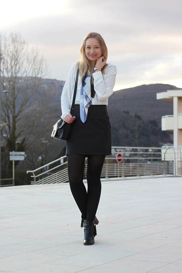 tenue de bureau carre hermes jupe kookai chemise hetm boots cosmoparis