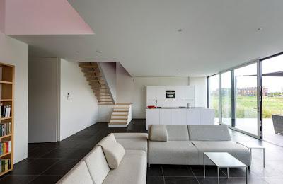 Sala de casa cubo con escalera