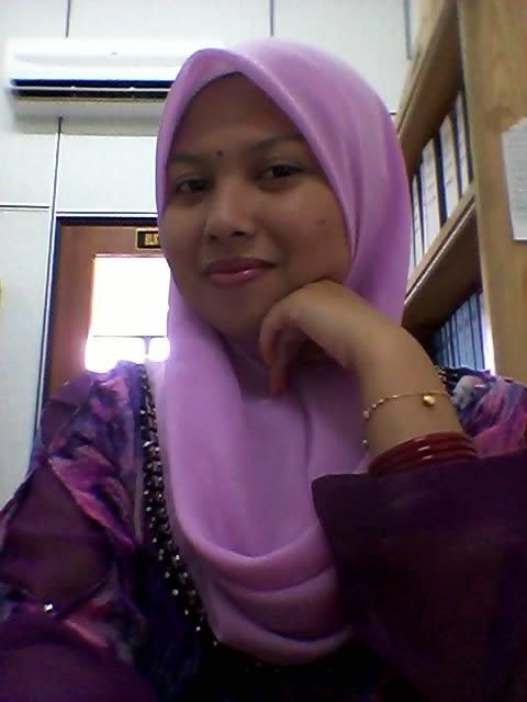 Tudung Tersenyum di Pejabat