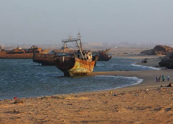 http://1.bp.blogspot.com/-mwKpiI69cZs/UKT-liWrDBI/AAAAAAAAMEA/ZolRcg2ptOM/s1600/Nouadhibou-shipwreck4+(2).jpg